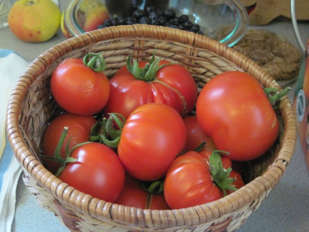 Red tomatoes adj